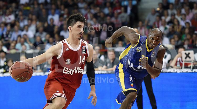 Basketball 1. Bundesliga 2015/2016  02.10.2015 1. Spieltag FC Bayern Muenchen - EWE Baskets Oldenburg Nihad Dedovic (li, FC Bayern Muenchen) gegen Ricky Paulding (re, Oldenburg)
