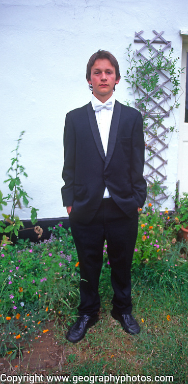 A5EWY4 Teenage boy dressed in suit with white tie for his school prom