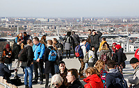 Nederland  Amsterdam  2017 . 5de editie Open Toren Dag. 28 historische en hedendaagse torens openen hun deuren. Drukte op de A'dam Toren in Amsterdam Noord. Foto Berlinda van Dam / Hollandse Hoogte