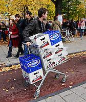 Jongen op weg  naar een feestje met kratten bier