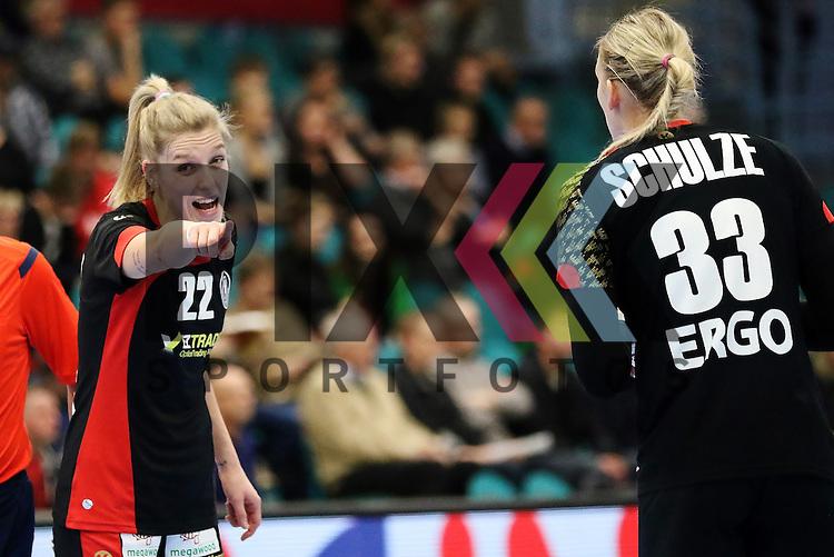Kolding (DK), 010.12.15, Sport, Handball, 22th Women's Handball World Championship, Vorrunde, Gruppe C, Deutschland-S&uuml;d Korea : Susann M&uuml;ller (Deutschland, #22), Luisa Schulze (Deutschland, #33)<br /> <br /> Foto &copy; PIX-Sportfotos *** Foto ist honorarpflichtig! *** Auf Anfrage in hoeherer Qualitaet/Aufloesung. Belegexemplar erbeten. Veroeffentlichung ausschliesslich fuer journalistisch-publizistische Zwecke. For editorial use only.