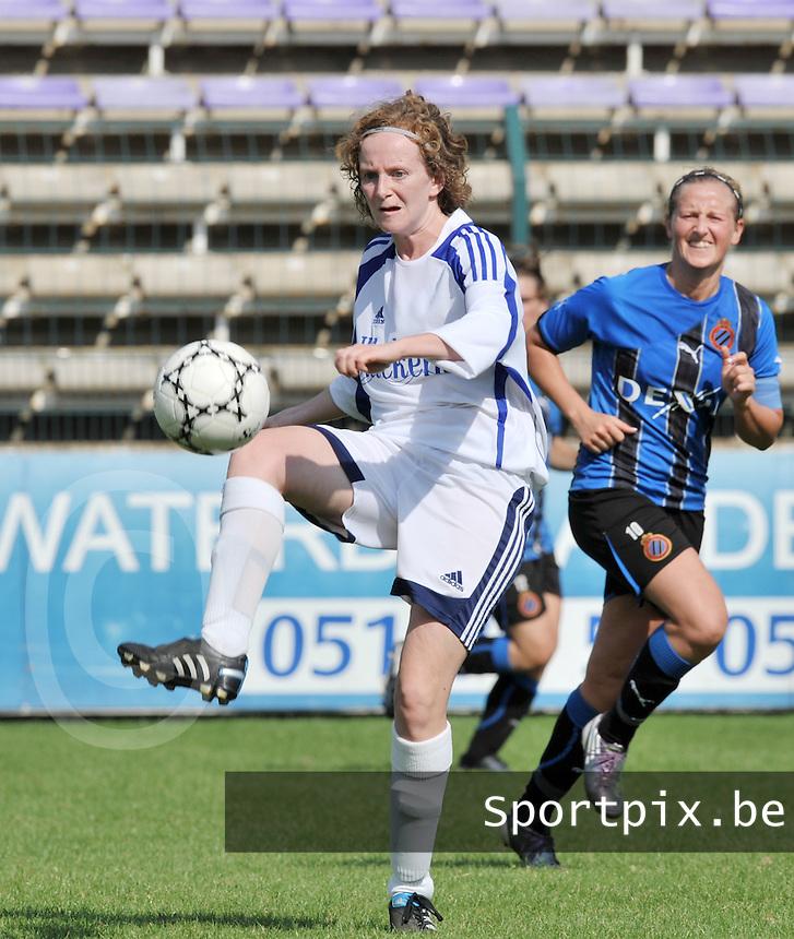 VV Rassing Harelbeke : Stefanie Houwen aan de bal.Foto DAVID CATRY / Vrouwenteam.be