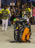 RIO DE JANEIRO, RJ, 11 DE FEVEREIRO 2013 - CARNAVAL RJ -  SAO CLEMENTE  - Integrantes da escola de Samba Sao Clemente sofre queda durante segundo dia de desfiles do Grupo Especial do Carnaval do Rio de Janeiro na Marques de Sapucaí na noite desta segunda-feira . (FOTO: WILLIAM VOLCOV / BRAZIL PHOTO PRESS).
