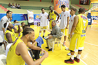 BUCARAMANGA -COLOMBIA, 17-05-2013. José Dilone técnico de Búcaros da instrucciones durante partido contra Piratas en la fecha 17 fase II de la  Liga DirecTV de baloncesto Profesional de Colombia realizado en el Coliseo Vicente Díaz Romero de Bucaramanga./ Bucaros coach Jose Dilone gives directions during match against Piratas on the 17th date phase II of  DirecTV professional basketball League in Colombia at Vicente Diaz Romero coliseum in Bucaramanga. Photo: VizzorImage / Jaime Moreno / STR
