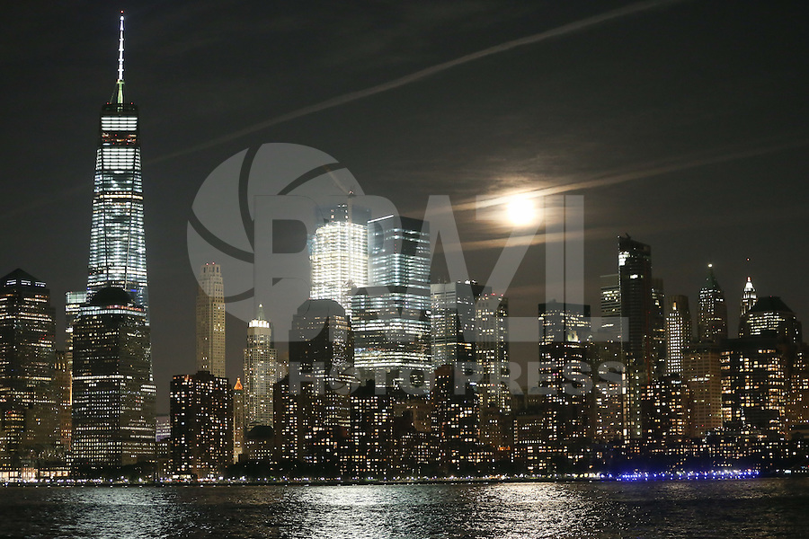 NEWPORT, NJ, 16.10.2016 - LUA-EUA - Lua cheia é vista na Ilha de Manhattan em New York a partir da cidade de Newport nos Estados Unidos na noite deste domingo, 16. (Foto: William Volcov/Brazil Photo Press)