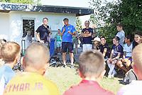 Ramon Berndroth (Sportliche Leiter Leistungszentrum SV Darmstadt 98) steht den Kindern der SKG Wallerstädten Rede und Antwort - Jugendtraining der SKG Wallerstädten mit Ramon Berndroth