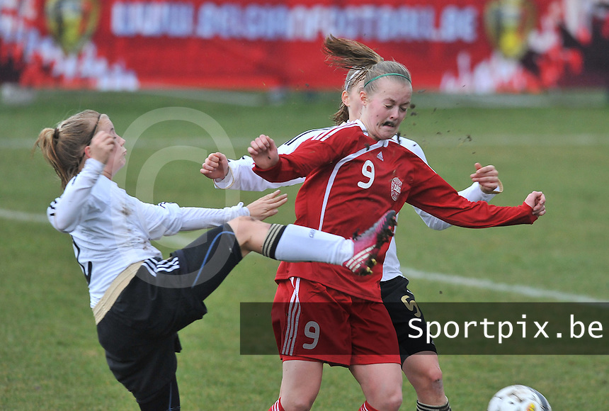 Denmark U17 - Germany U17 : 9 Sarah Hansen aan de bal met achter zich 5 Johanna Tietge (achter) en naast haar 2.Ricarda Walkling.foto Joke Vuylsteke / Vrouwenteam.be