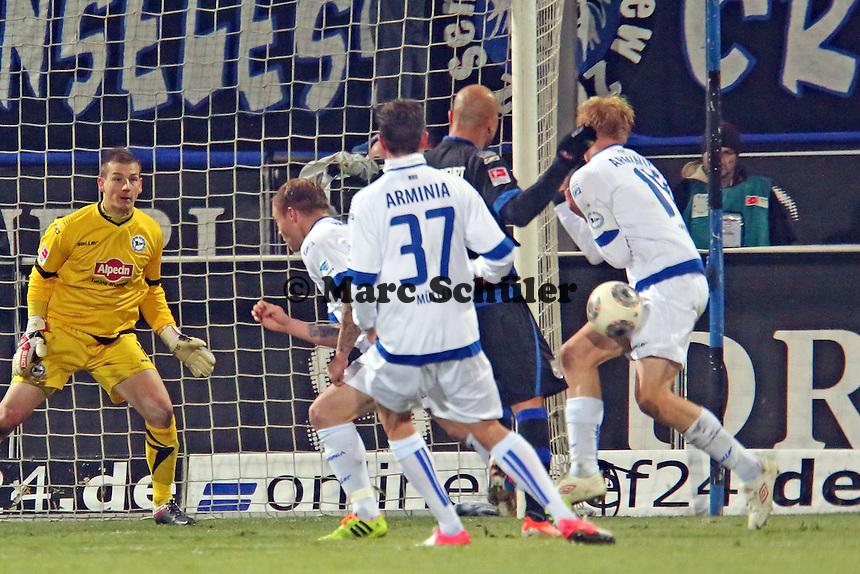FSV Spieler und Fans monieren Handspiel von Manuel Hornig (Bielefeld)- FSV Frankfurt vs. Arminia Bielefeld, Frankfurter Volksbank Stadion