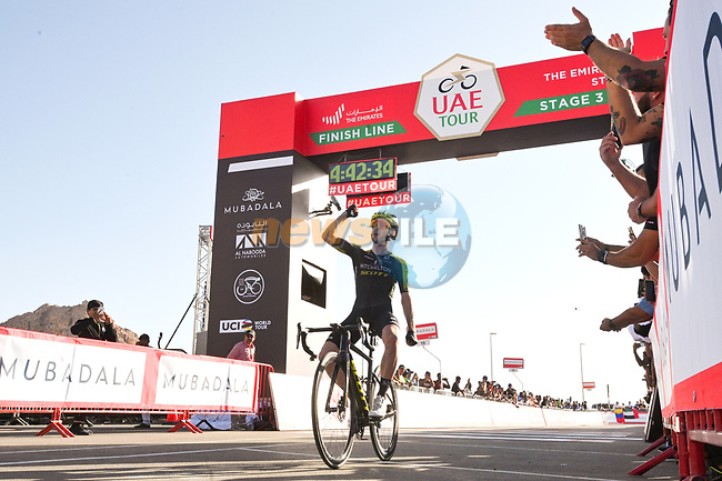 Adam Yates (GBR) Mitchelton-Scott wins Stage 3 The Emirates Stage and takes over the race leaders Red Jersey of the UAE Tour 2020 running 184km from Al Qudra Cycle Track to Jebel Hafeet, Dubai. 25th February 2020.<br /> Picture: LaPresse/Massimo Paolone | Cyclefile<br /> <br /> All photos usage must carry mandatory copyright credit (© Cyclefile | LaPresse/Massimo Paolone)