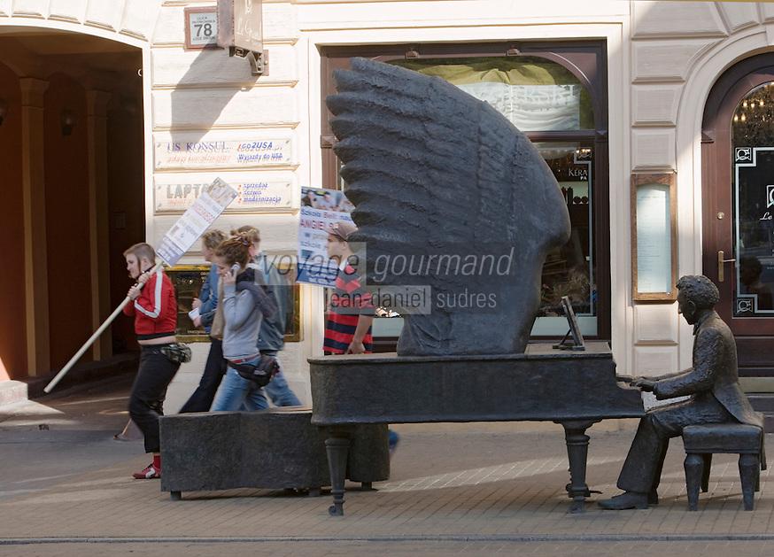 """Europe/Pologne/Lodz: Sculpture """"Le Piano d'Arthur Rubinstein """" au N° 78 de la rue Piotrkowska plus longue rue pietonne de Pologne"""