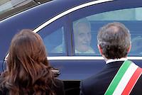 Papa Benedetto XVI, al centro, arriva in Campidoglio, Roma, 9 marzo 2009, accolto dal sindaco Gianni Alemanno, destra, e dalla moglie Isabela Rauti..Pope Benedict XVI, center, is welcomed by Rome's Mayor Gianni Alemanno, right, and his wife Isabella Rauti as he arrives at the Campidoglio City Hall in Rome, 9 march 2009..UPDATE IMAGES PRESS/Riccardo De Luca