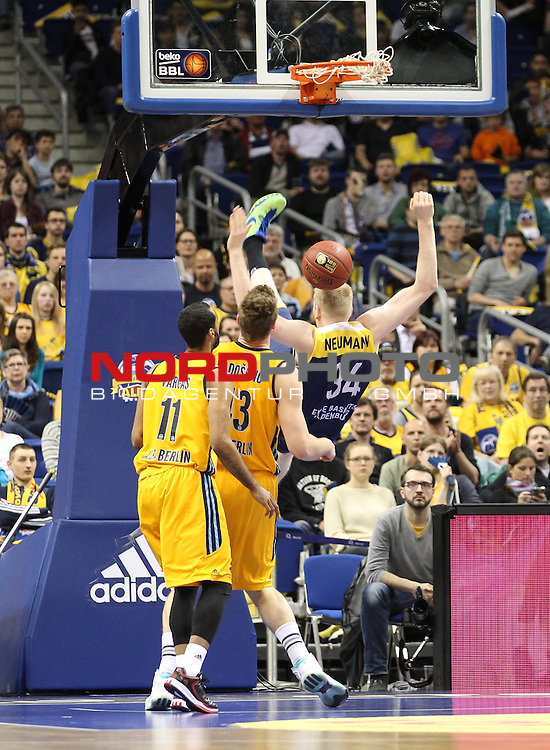 10.05.2015, O2 world, Berlin, GER, 1.BBL, ALBA Berlin vs. Oldenburg , im Bild Leon Radosevic (ALBA Berlin), Akeem Vargas (ALBA Berlin), Philipp Neumann (Baskets Oldenburg), verletzt sich <br /> <br />               <br /> Foto &copy; nordphoto /  Engler