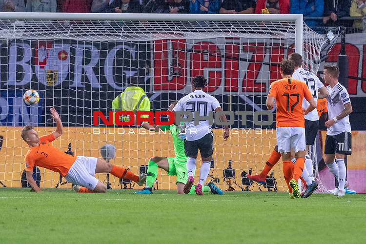 06.09.2019, Volksparkstadion, HAMBURG, GER, EMQ, Deutschland (GER) vs Niederlande (NED)<br /> <br /> DFB REGULATIONS PROHIBIT ANY USE OF PHOTOGRAPHS AS IMAGE SEQUENCES AND/OR QUASI-VIDEO.<br /> <br /> im Bild / picture shows<br /> <br /> Serge Gnabry (Deutschland / GER #20) mit dem 1 zu 0 gegen Jasper CILLESSEN (Niederlande / NED #01)<br /> <br /> während EM Qualifikations-Spiel Deutschland gegen Niederlande  in Hamburg am 07.09.2019, <br /> <br /> Foto © nordphoto / Kokenge