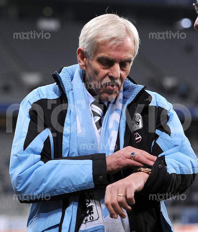 2. Fussball Bundesliga:  Saison   2010/2011  ,21.  Spieltag  1860 Muenchen - Fortuna Duesseldorf   07.02.2011 Praesident Dieter Schneider schaut auf die Uhr (TSV 1860 Muenchen)