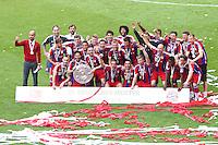 Jogadores do Bayern de Munique comemora a conquista do título depois de vencer o Stuttgart, no jogo final da temporada do Campeonato de Futebol Alemão, realizado no Allianz Arena, em Munique, no sul da Alemanha, neste sábado. (Foto: Christian Kolb / Pixathlon / Brazil Photo Press).