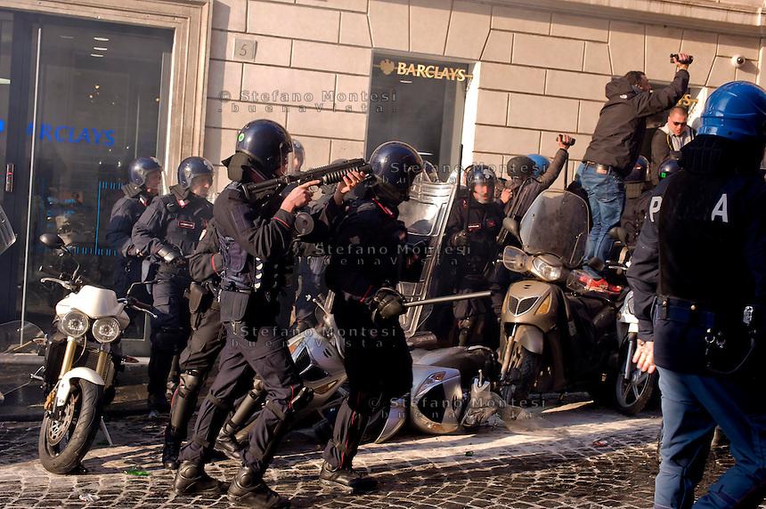 Roma 19 Febbraio 2015<br /> Lancio di fumogeni e di bombe carta in piazza di Spagna, dove si sono riuniti circa 500 tifosi olandesi del Feyenoord, in vista della partita che si svolger&agrave; stasera allo stadio Olimpico contro la Roma.Nella guerriglia sono rimasti feriti 10 agenti e tre tifosi olandesi. La polizia in assetto antisommossa carica i Hooligan olandesi  <br /> Rome February 19, 2015<br /> Launch of smoke and paper bombs in Piazza di Spagna, where gathered about 500 Dutch fans of Feyenoord, in view of the match that will take place tonight at the Olympic Stadium against Roma.In  guerrillas were wounded 10 policemen and three Dutch fans.The riot police charged the Hooligan Dutch