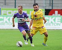 Croky Cup : RC HARELBEKE - OLYMPIC CHARLEROI :<br /> Jeroen Vlieghe (L) is sterker op de bal dan Sami Buyuktopac (R) <br /> <br /> Foto VDB / Bart Vandenbroucke