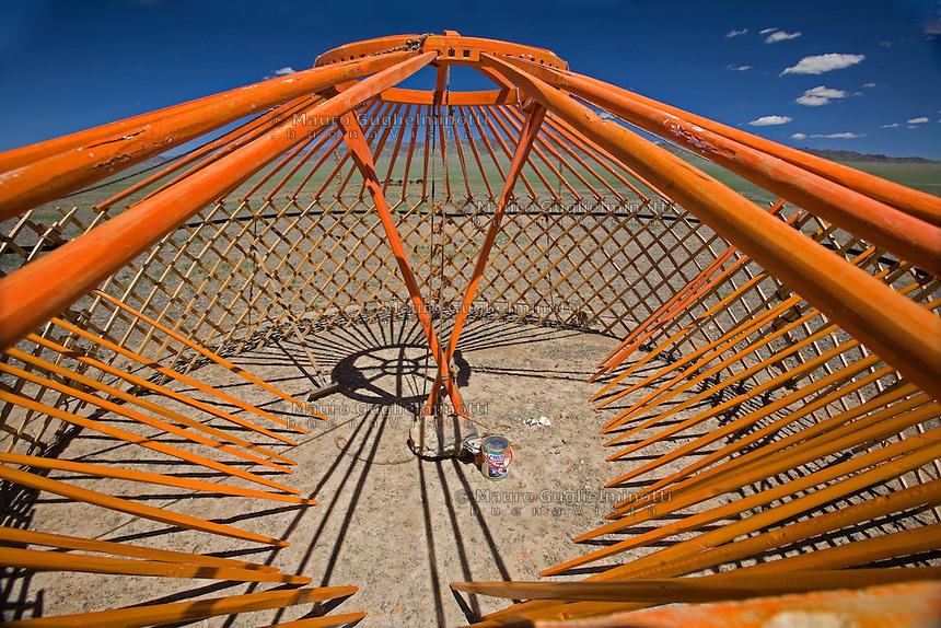 Mongolia costruzione di una  tipica abitazione nomade, la iurta, tenda mongola, nel deserto del Gobi Construction of a typical Mongolian nomadic dwelling, a yurt, Mongolian tent, in the Gobi Desert,Construction d'une habitation mongole typique nomade, une yourte, tente Mongole, dans le désert de Gobi