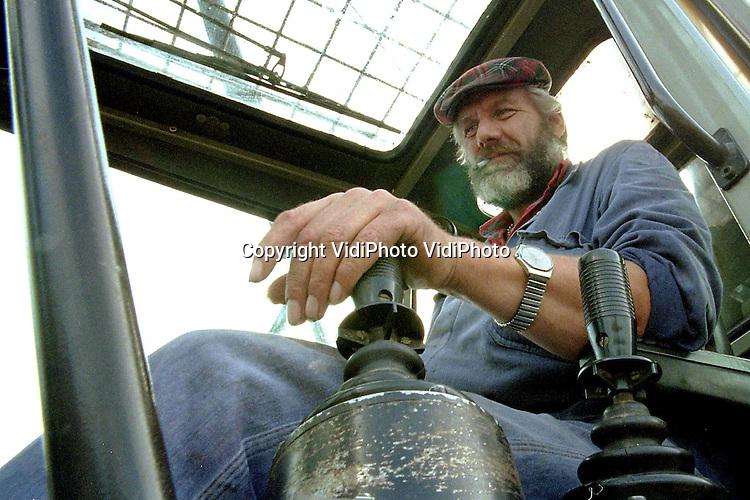 Foto: VidiPhoto..DE MEERN - Kraanmachinist Van Lith. Foto hoort bij verhaal APA...