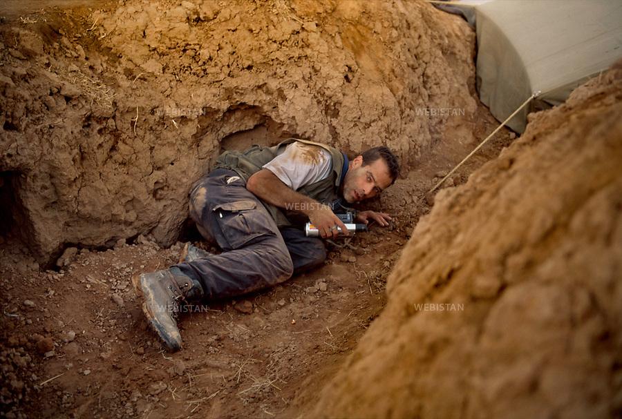 Afghanistan. 2000. Sebastien Junger, journaliste &eacute;crivain, se prot&egrave;ge des tirs. <br /> <br /> Afghanistan. 2000. Sebastien Junger, writer-journalist, protects himself from the shots.