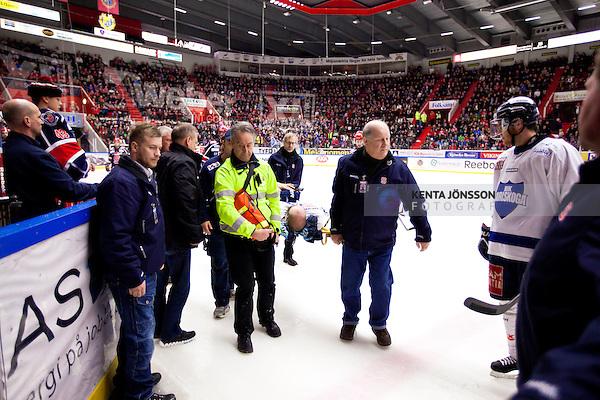 Södertälje 2013-02-02 Ishockey Allsvenskan , Södertälje SK - BIK Karlskoga :  .BIK Karlskoga 19 Björn Kindahl bärs ut på bår efter tuff tackling mot sargen.(Foto: Kenta Jönsson) Nyckelord: