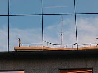 RIO DE JANEIRO, RJ, 31 DE JULHO 2012 - ESTATUAS NO ALTO DOS PRÉDIOS NO CENTRO DA CIDADE DO RIO DE JANEIRO.<br /> Nesta terça feira (31) várias estatuas no alto de predios divulgam a exposiçao Corpos Presentes, do artista plastico Britanico Antony Gormley para a sua expo no Centro Cultural Banco do Brasil (CCBB) situada na Rua Primeiro de Março no centro da cidade.<br /> Reflexo nos vidros da Antiga Bolsa de Valores do Rio.<br /> FOTO RONALDO BRANDAO/BRAZIL PHOTO PRESS