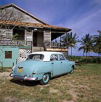 Cuba, Peninsula De Hicacos, Varadero: Vintage Car | Kuba, Peninsula De Hicacos, Varadero: Oldtimer vor einheimischem Wohnhaus