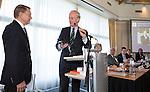 SOESTDUINEN - Willem Zelsmann (l) wordt de nieuwe voorzitter van de NGF en volgt Ronald Pfeiffer (r)  op.  . Algemene Ledenvergadering van de NGF (Nederlandse Golf Federatie) met bestuurswisseling. COPYRIGHT KOEN SUYK