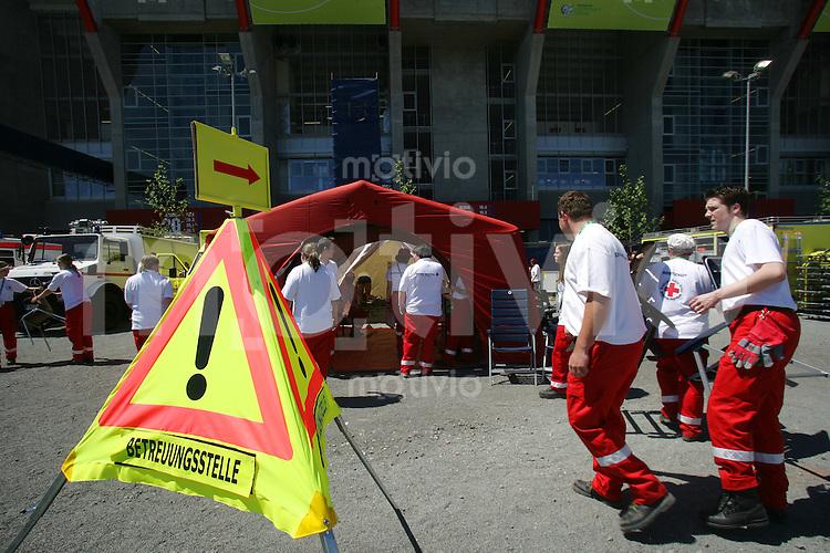 Fussball WM 2006        Australien - Japan Eine aertzliche Versorgungsstelle vor dem Stadion in Kaiserlautern.
