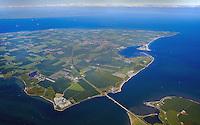 Fehmarnsund: EUROPA, DEUTSCHLAND, SCHLESWIG- HOLSTEIN, 07.06.2005: Der Fehmarnsund ist die Meerenge zwischen der drittgroessten Deutschen Ostseeinsel Fehmarn und dem Festland von Schleswig- Holstein.  Die Fehmarnsundbruecke verbindet die Insel Fehmarn in der Ostsee mit dem Festland bei Großenbrode..Die 963 Meter lange kombinierte Straßen- und Eisenbahnbruecke ueberquert den 1.300 Meter breiten Fehmarnsund, hat eine lichte Hoehe von 23 Metern ueber dem Mittelwasser und wurde 1963 in Betrieb genommen. Zeitgleich wurde die Faehrlinie von Großenbrode-Kai nach Gedser durch die Faehrlinie Puttgarden-Rødby (Daenemark) ersetzt. Durch die Fehmarnsundbruecke und den gleichzeitig gebauten Faehrhafen Puttgarden auf Fehmarn wurde die durchschnittliche Reisezeit auf der so genannten Vogelfluglinie von Hamburg nach Kopenhagen deutlich verkuerzt. Eine schnellere Verbindung wird geplant.