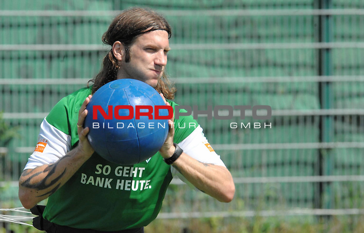 FBL 09/10 Traininglager  Werder Bremen Norderney 2007 Day 03<br /> Konditionstraining Sonntag morgen<br /> <br /> Torsten Frings ( Bremen GER #22 ) mit dem Medizinball<br /> <br /> <br /> <br /> Foto &copy; nph (nordphoto)