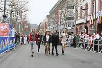 Narren an der Strecke des Rosenmontagsumzug in Mainz