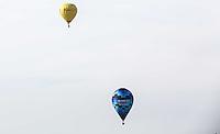 TORRES, RS, 02 DE MAIO 2013 - FESTIVAL INTERNACIONAL  DE BALONISMO - Competidores durante a primeira prova do Festival Internacional de Balonismo, em Torres, litoral norte do Rio Grande do Sul, na manhã desta quinta-feira, 02. O evento reunirá pilotos de vários lugares do mundo como Argentina, Peru, Austrália, França e Reino Unido e segue até domingo (5).(FOTO: WILLIAM VOLCOV / BRAZIL PHOTO PRESS).