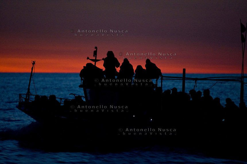 Lampedusa,2011. Una barca carica di immigrati in navigazione verso Lampedusa.<br />