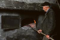 Europe/France/Auvergne/15/Cantal/env de Vic sur Cère: vie rurale cuisson du pain de campagne au four a bois communal [Non destiné à un usage publicitaire - Not intended for an advertising use] [<br /> PHOTO D'ARCHIVES // ARCHIVAL IMAGES<br /> FRANCE 1980