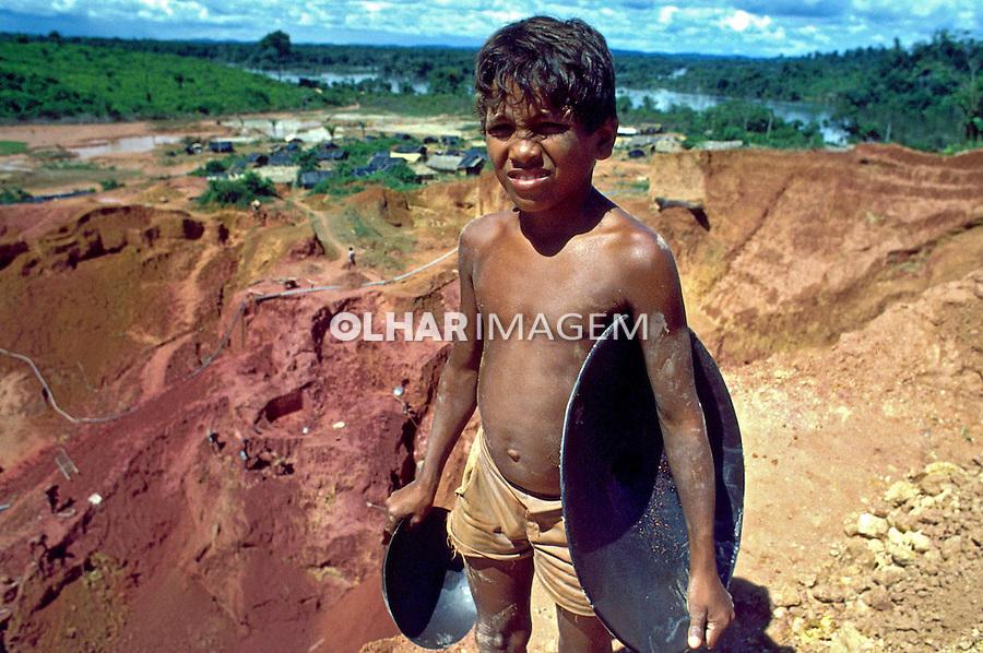 Criança trabalhando em garimpo de ouro no Rio Xingú. Pará. 1986. Foto de Ricardo Azoury.