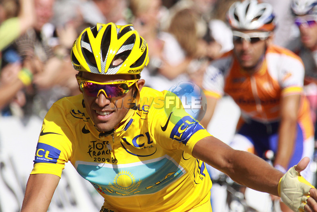 Alberto Contador shakes a teammates hand as he crosses the finish line in the final stage to Paris in the 2009 Tour de France, 26th July 2009 (Photo by Manus OReilly/NEWSFILE)