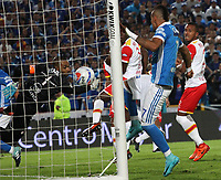 BOGOTÁ- COLOMBIA, 13-12-2017: Matias d e los Santos (Fuera de la foto)jugador de Millonarios  convierte  un gol al  Independiente Santa Fe  , durante  el primer partido por la final ida de la Liga Aguila 2017  entre Millonarios y el Independiente Santa Fe, jugado en el estadio Nemesio Camacho El Campín de la ciudad de Bogotá. /Matias de los Santos  ( Out Photo) player of Millonarios  scores a goal to Independiente Santa Fe during firts match of the final round of the Aguila League 2017 between Millonarios  and Independiente Santa Fe , played at the Nemesio Camacho El Campin stadium of the  Bogota city: Vizzorimage / Felipe Caicedo / Staff