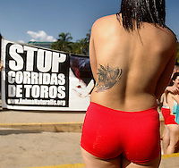 MEDELLÍN - COLOMBIA, 21-02-2015. Cientos de personas acuadieron a la marcha Antitaurina convocada para este sábado 21 de febrero de 2015 en el Parque de los Deseos; allí recrearon con sus sus cuerpos pintados a un toro con banderillas./ Hundred of people came to tha anti bullfighter protest this saturday 21 february 2015 at parque de los Deseos; there, they recreated with their painted bodies a bull with banderillas.  Photo: VizzorImage/ León Monsalve /STR