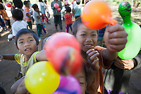 Myanmar, (Burma), Shan State, Kengtung: School children from Akha and Ann hill tribe villages with colourful balloons | Myanmar (Birma), Shan Staat, Kengtung: Schulkinder der Akha und Ann Bergvoelker spielen mit bunten Luftballons