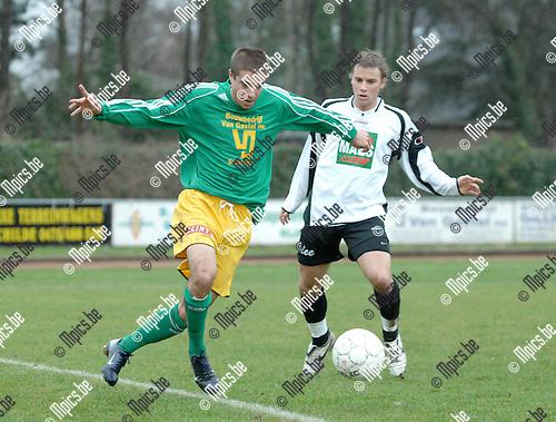 2008-03-09 / Voetbal / S.K. Schoten - K.S.V.Bornem / Nils Breuer van Bornem kijkt toe hoe Matthias Pittoors van Schoten (links) de bal binnen houdt..Foto: Maarten Straetemans (SMB)