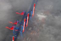 Containerschiffe an der CTA im Nebel: EUROPA, DEUTSCHLAND, HAMBURG, (EUROPE, GERMANY), 25.12.2005: Der HHLA Container Terminal Altenwerder (CTA) mit dem 1.400 Meter langen Ballinkai im Stadtteil Altenwerder von Hamburg ist derzeit einer der weltweit modernsten Containerterminals. Er gehoert der Hamburger Hafen und Logistik AG (HHLA) (74,9 %) und der Hapag-Lloyd AG (25,1 %) und befindet sich am Koehlbrand, einem Seitenarm der Elbe, zwischen Kattwyk-Bruecke und Koehlbrandbruecke. Der CTA ist neben dem Eurogate-Containerterminal Hamburg, dem HHLA Containerterminal Buchardkai und dem HHLA Containerterminal Tollerort einer von derzeit vier Containerterminals in Hamburg.An den hochgeklappten Ladebruecken befindet sich ein Containerschiff der Reederei Hapag Lloyd.