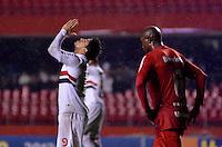SÃO PAULO, SP, 24 DE JULHO DE 2013 - CAMPEONATO BRASILEIRO - SÃO PAULO x INTERNACIONAL: Aloísio lamenta (e) e Kleber (d) durante São Paulo x Internacional, partida antecipada da 12ª rodada do Campeonato Brasileiro de 2013, disputada no estádio do Morumbi em São Paulo. FOTO: LEVI BIANCO - BRAZIL PHOTO PRESS.