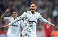FUSSBALL   CHAMPIONS LEAGUE  HALBFFINAL HINSPIEL   2011/2012      FC Bayern Muenchen - Real Madrid          17.04.2012 Juzbel nach dem Tor zum 1:1 Mesut Oezil (Real Madrid)