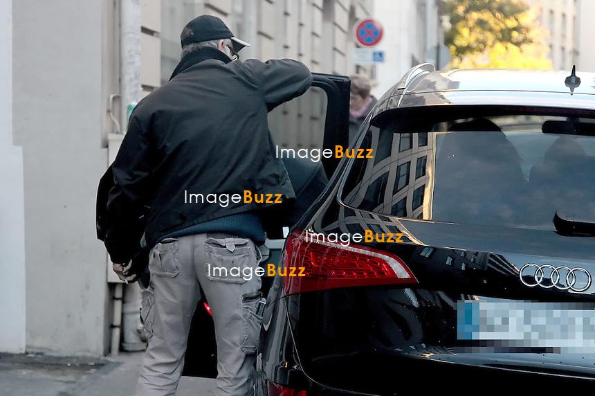 Franck Dubosc, sa femme Danièle et leur premier fils, Raphaël sortent de la clinique de la Muette, à Paris, à 17 heures, ce 1er novembre avec leur nouveau né,  petit garçon nommé Milhan, né le 28 octobre 2012..