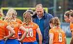 BLOEMENDAAL  - coach Jeroen Visser (Bldaal) tijdens de hoofdklasse competitiewedstrijd vrouwen , Bloemendaal-Pinoke (1-2) . COPYRIGHT KOEN SUYK