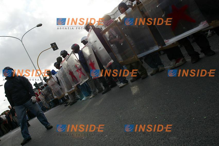 Roma 4/10/2003 <br /> Demonstration against the Intergovernmental Conference and against globalization<br /> Manifestazione contro il vertice UE e contro la globalizzazione<br /> Foto Insidefoto