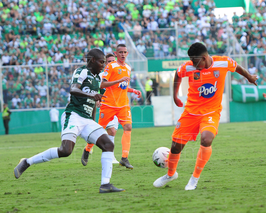 PALMIRA - COLOMBIA, 05-05-2019: Didier Delgado del Cali disputa el balón con Santiago Ruiz de Envigado durante partido entre Deportivo Cali y Envigado F.C. por la fecha 20 de la Liga Águila I 2019 jugado en el estadio Deportivo Cali de la ciudad de Palmira. / Didier Delgado of Cali vies for the ball with Santiago Ruiz of Envigado during match between Deportivo Cali and Envigado F.C. for the date 20 as part of Aguila League I 2019 played at Deportivo Cali stadium in Palmira city .  Photo: VizzorImage/ Nelson Rios / Cont