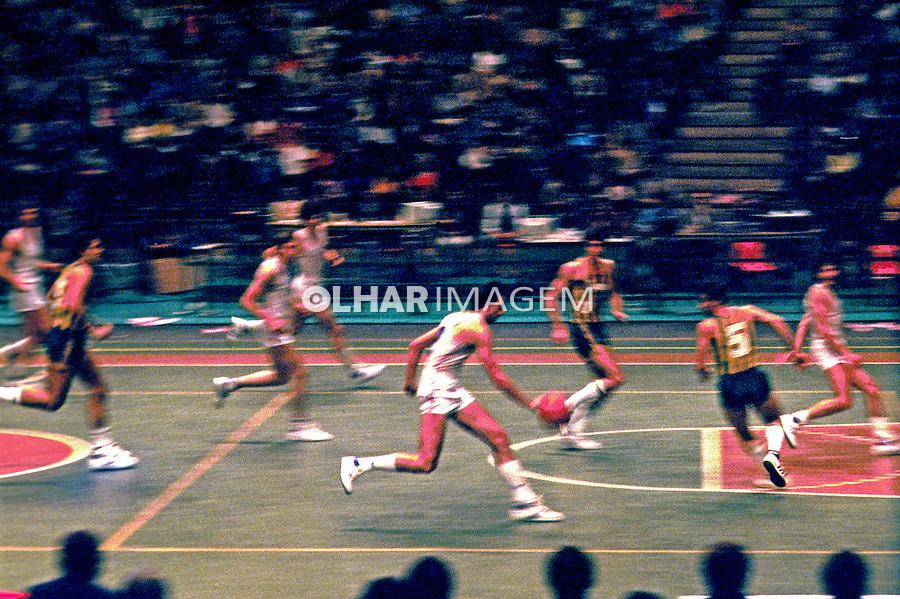 Jogo de basquete em SP. 1984. Foto de Juca Martins.
