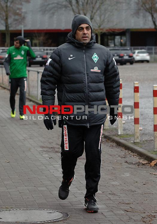 17.12.2013, Trainingsgelaende, Bremen, GER, 1.FBL, Training Werder Bremen, im Bild Robin Dutt (Trainer Werder Bremen)<br /> <br /> Foto &copy; nordphoto / Frisch